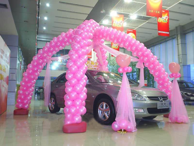 在灯光的照射下,彩色的气球和汽车本身的颜色交相辉映,使展出的车辆更